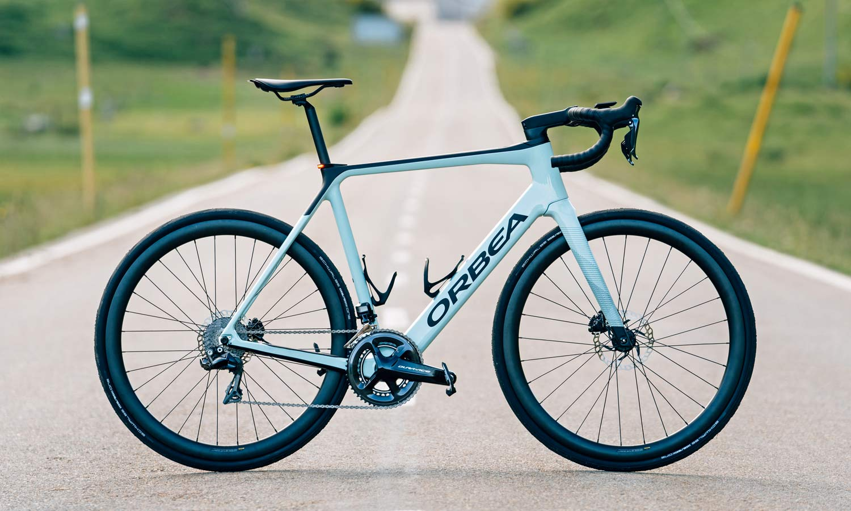 Orbea gagne un cadre en carbone élégant, une intégration plus furtive dans un vélo électrique polyvalent pour route / gravier