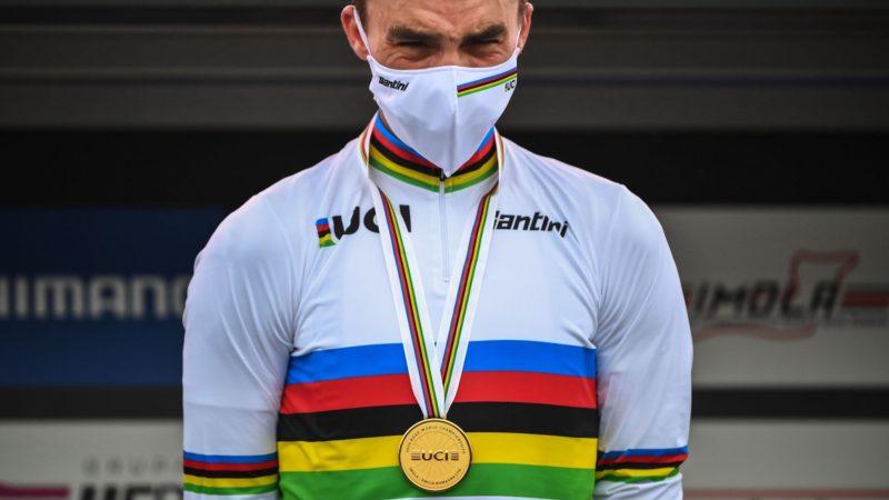 Vertel ons: Wat vind je van Decathlon die de Santini UCI regenboogbandcollectie verkoopt?