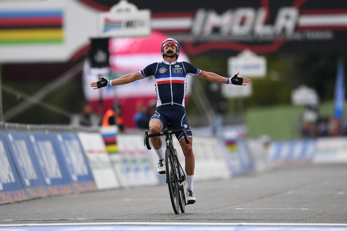 Julian Alaphilippe frappe clairement pour remporter la victoire en solo aux championnats du monde de course sur route – VeloNews.com