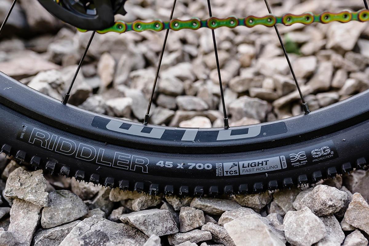 Los neumáticos anchos para grava WTB agregan una protección mejorada contra pinchazos SG2 sin mucho peso
