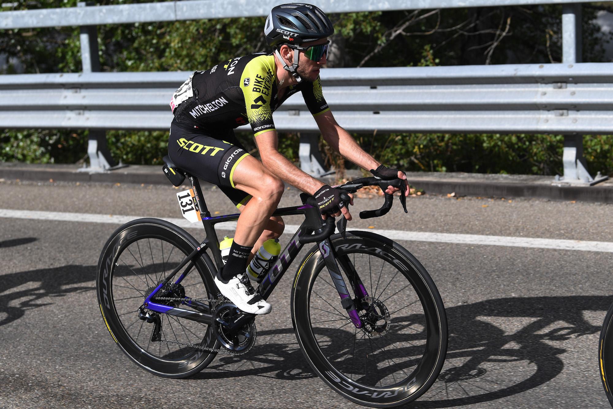 Simon Yates trak sig tilbage fra Giro d'Italia efter coronavirus-positiv