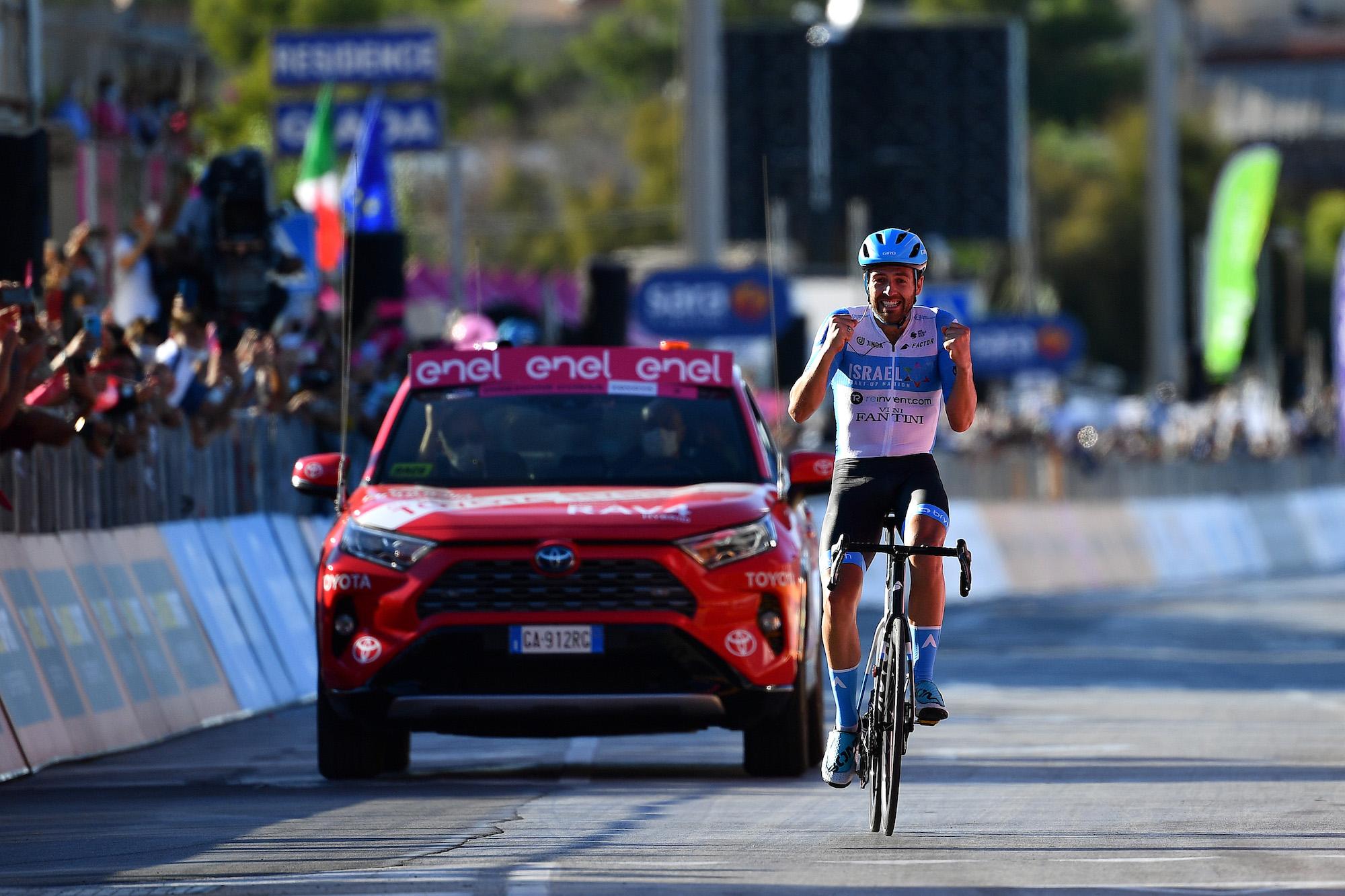Alex Dowsett kører 17 km solo for at tage ære på 8. etape i Giro d'Italia 2020