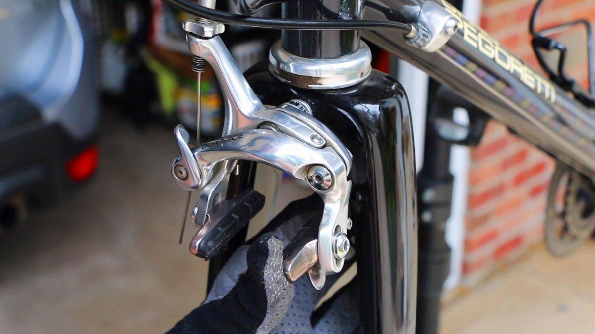 Regardez comment changer les plaquettes de frein de votre vélo