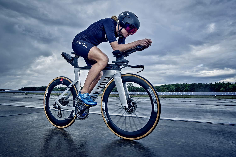 La bici da triathlon Canyon Speedmax CFR Disc ottiene una revisione aerodinamica più leggera e più veloce, oltre a un aggiornamento del freno a disco