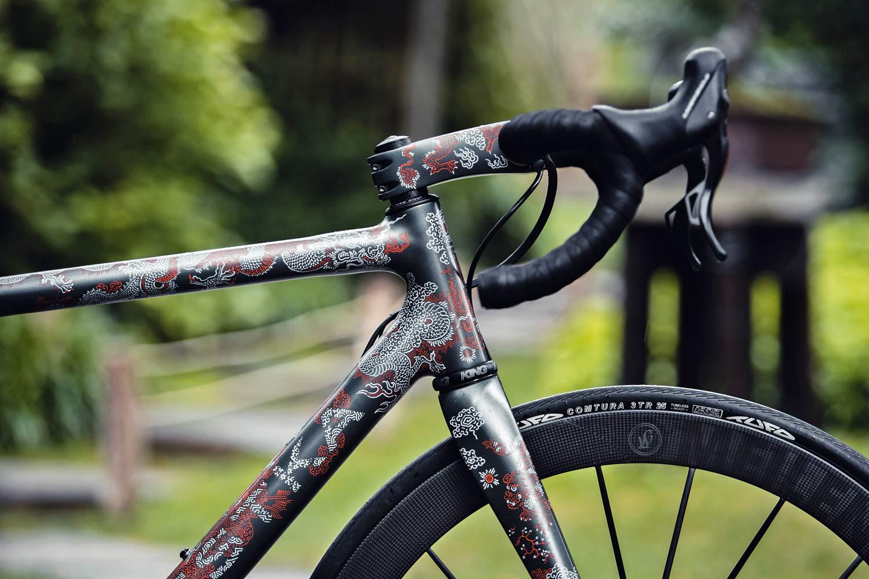 Festka Scalatore Samurai tager let, tilpasset tjekkisk carbon racercykel til et kunstnerisk næste niveau