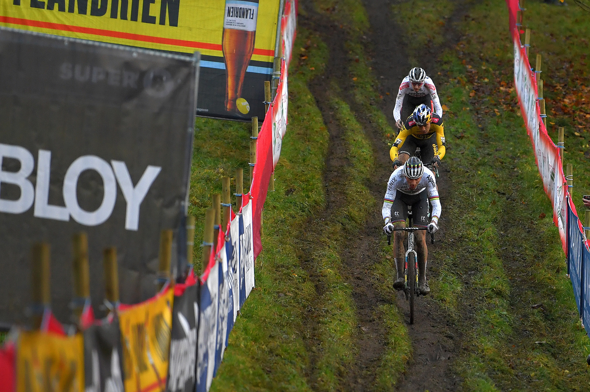 Mathieu van der Poel überholt Tom Pidcock und Wout van Aert im funkelnden Cyclocross-Weltcup Namur