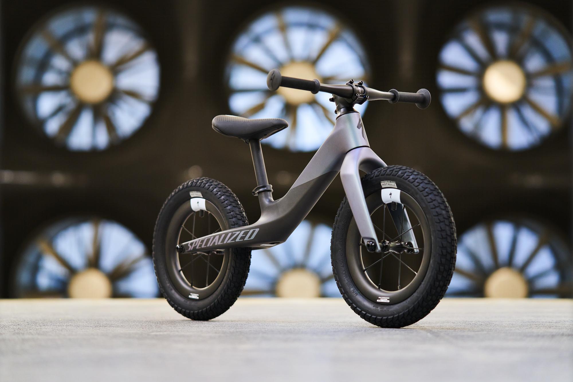 Specialized dévoile une superbe moto de 2 kg en fibre de carbone … pour les tout-petits