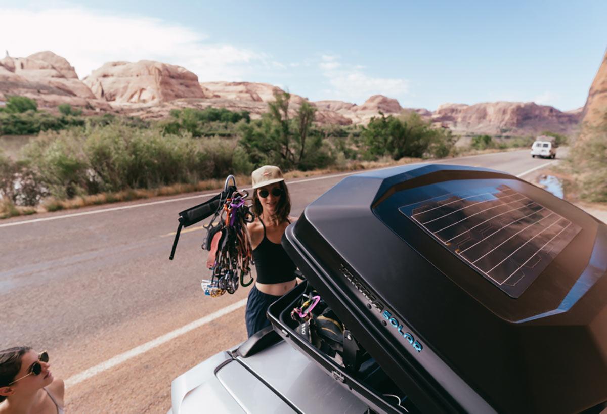 Il cassone di carico sul tetto Yakima CBX Solar immagazzina merci e alimenta il tuo campo