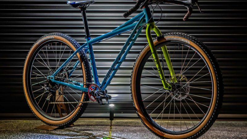 Farr Twin-T presenta una bicicleta de aventura de MTB y grava todoterreno de acero de aspecto salvaje y maravilloso