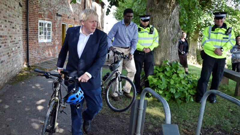 Laut der britischen Öffentlichkeit hat es die sieben Meilen lange Radtour von Boris Johnson schwieriger gemacht, die Sperrregeln durchzusetzen