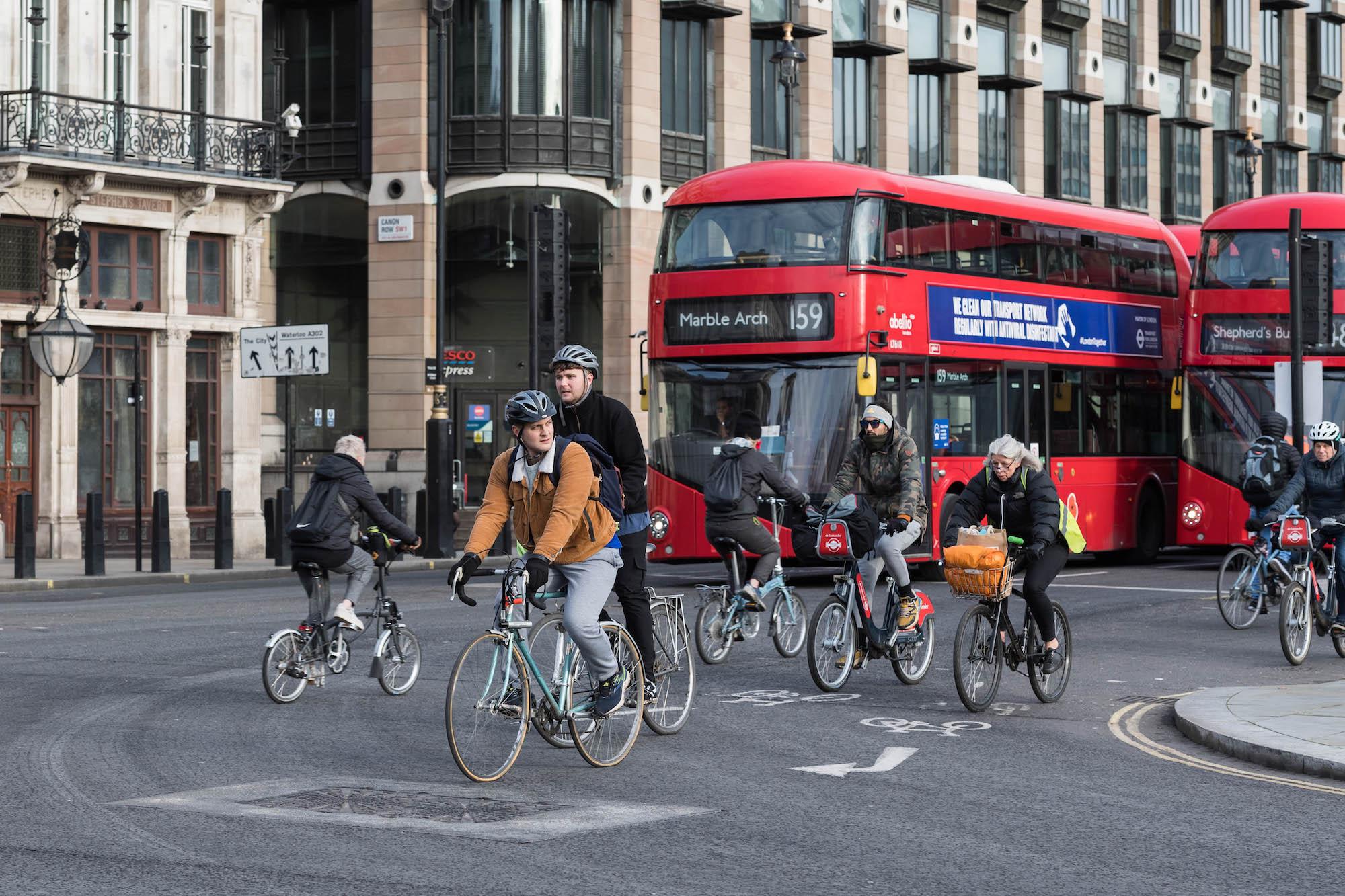 Il consiglio di Londra rivedrà la decisione di abbattere la pista ciclabile da £ 320.000 dopo sole sette settimane