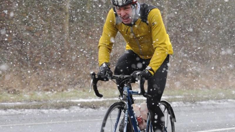 Fietsen in sneeuw en ijs: hoe u veilig kunt blijven en plezier kunt hebben
