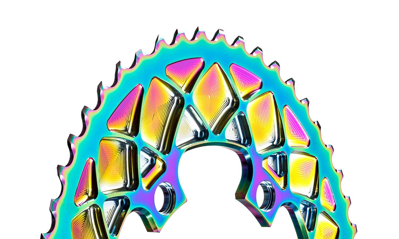 Les anneaux de route absolusBLACK PVD Rainbow Oval ajoutent un aspect très peu noir et une nappe d'huile aux vélos de route