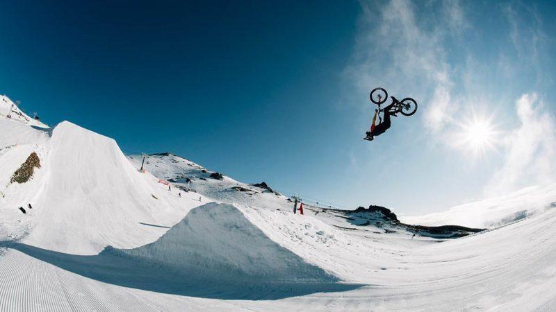 Must Watch: Connor Macfarlane retrocede hasta la nieve en Commencal Clash en Peak To Pub