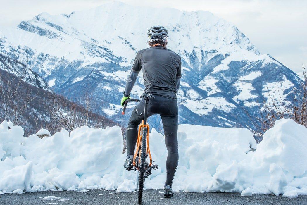 Faire du vélo dans la neige et la glace