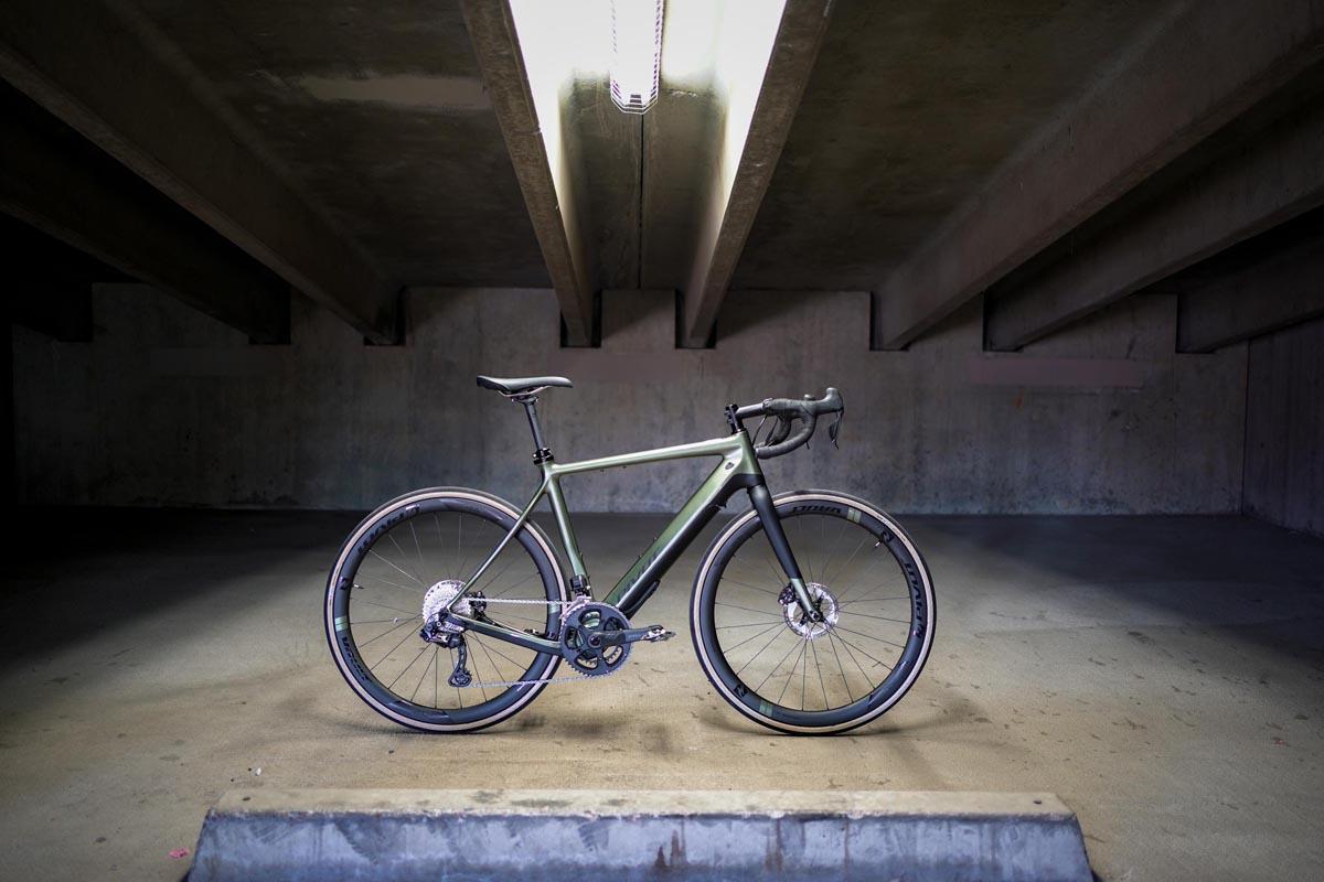 Pivot salta sulle bici elettriche gravel con l'e-bike E-Vault alimentata da Fazua