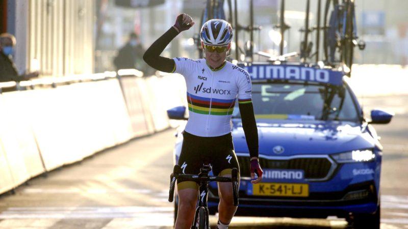 Anna van der Breggen vince Omloop Het Nieuwsblad con attacco in solitaria