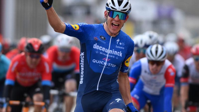 Davide Ballerini facilita alla vittoria in volata Omloop Het Nieuwsblad