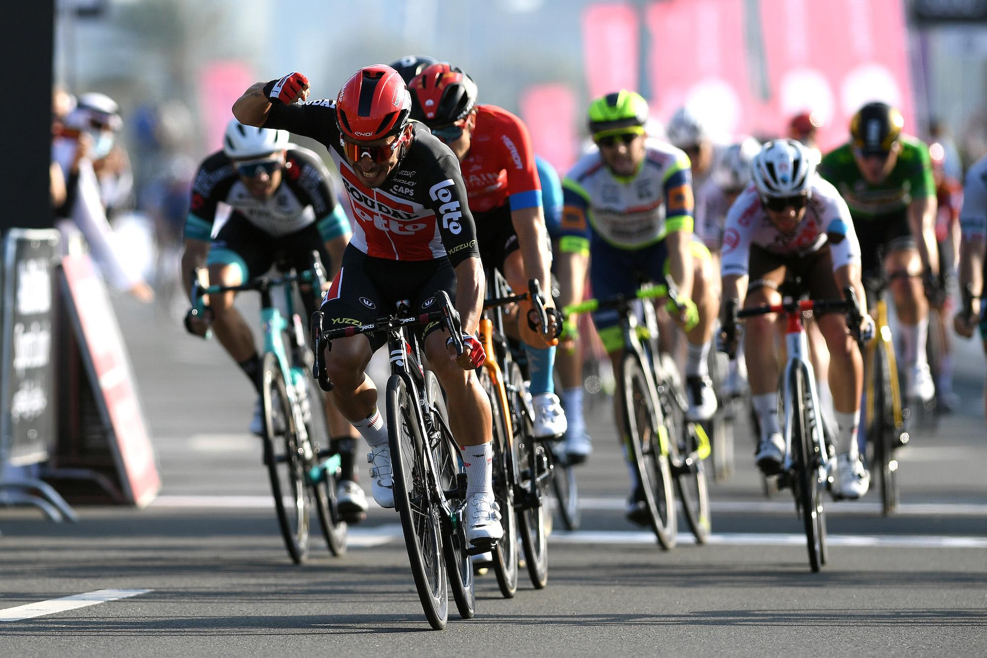 Caleb Ewan donne à Sam Bennett la victoire dans la septième étape du Tour des Émirats arabes unis alors que Tadej Pogačar scelle le général