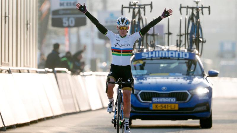 Anna van der Breggen soloer til sejr – VeloNews.com
