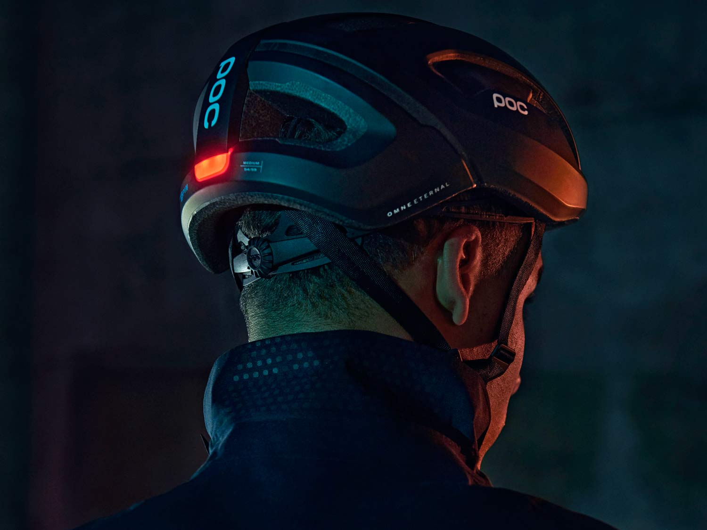 El casco POC Omne Eternal con energía solar alimenta las luces integradas para una visibilidad infinita