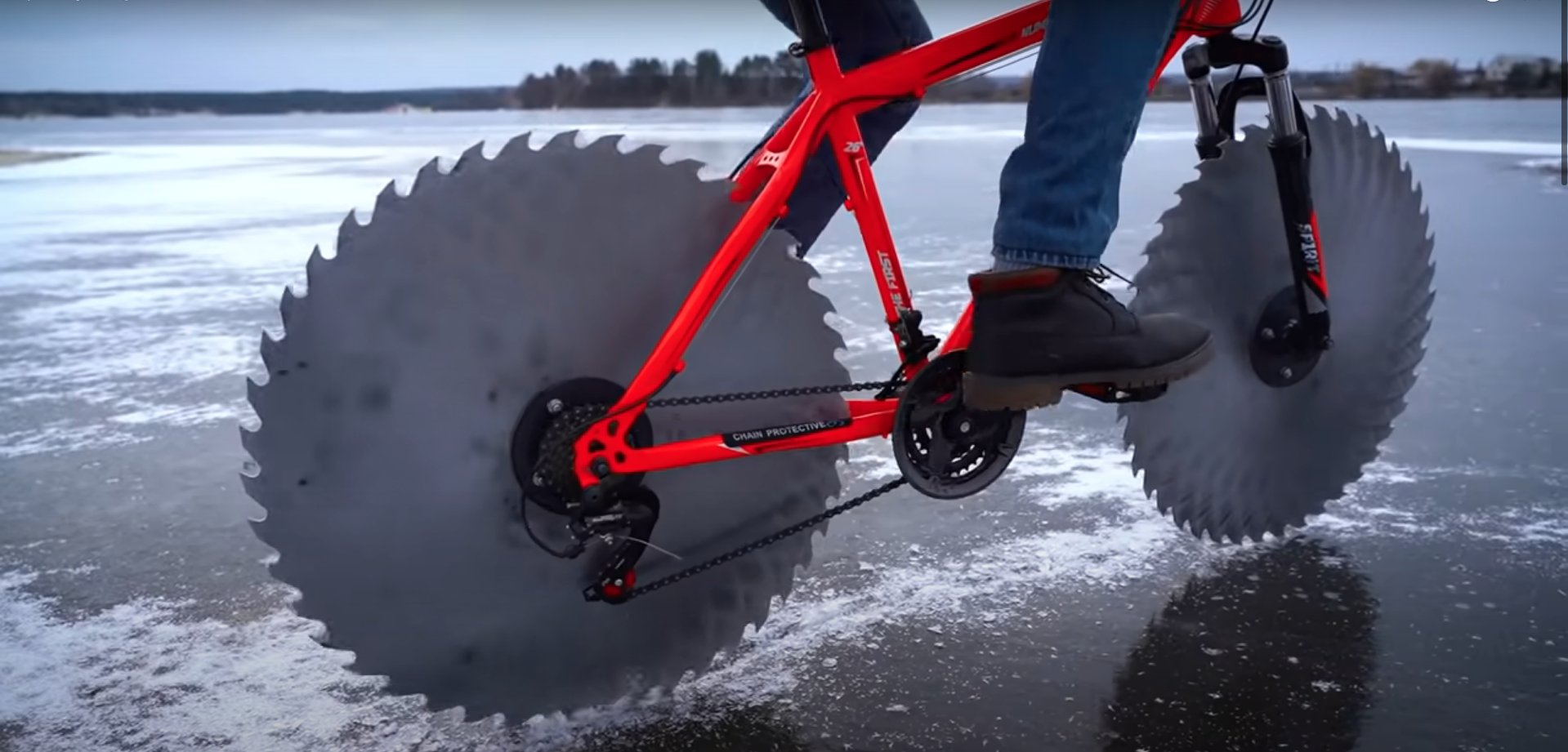 Dieses mit einem Sägerad ausgestattete Fahrrad ist ein Schneewitz