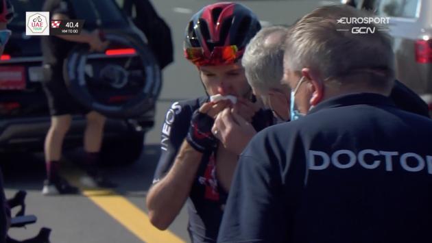 Adam Yates ensangrentado en accidente en UAE Tour