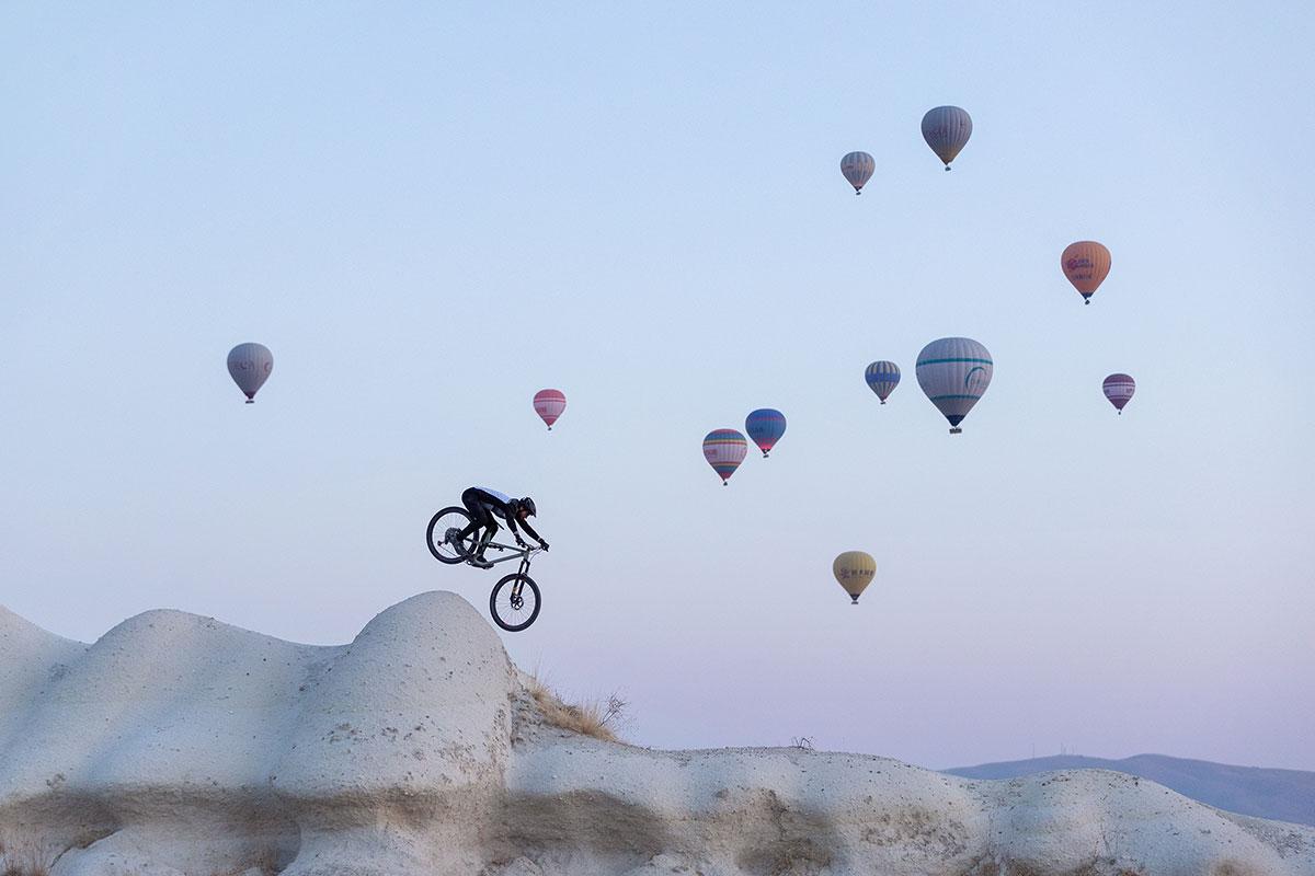 Kilian Bron følger en ildt drone gennem Cappadocia i Follow the Light