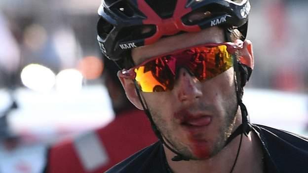 Adam Yates crasht zwaar als Tadej Pogacar de UAE Tour wint