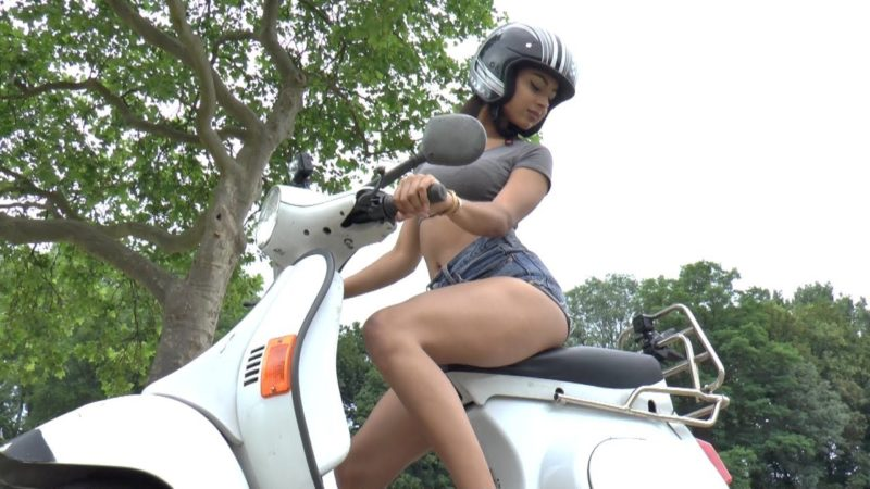 Motorcycle Vespa Girl start riding | Frau fährt Motorroller | Bikes chicks