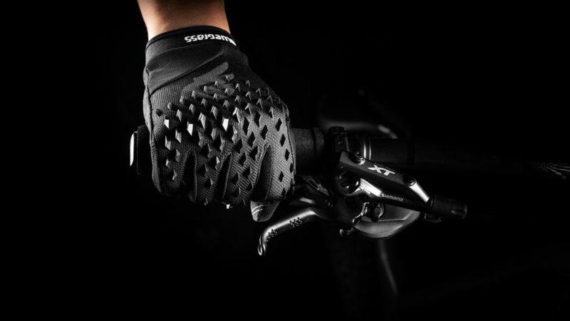 I nuovi guanti MTB Bluegrass Prizma 3D aumentano la protezione dagli impatti con … punte di gomma appuntite?