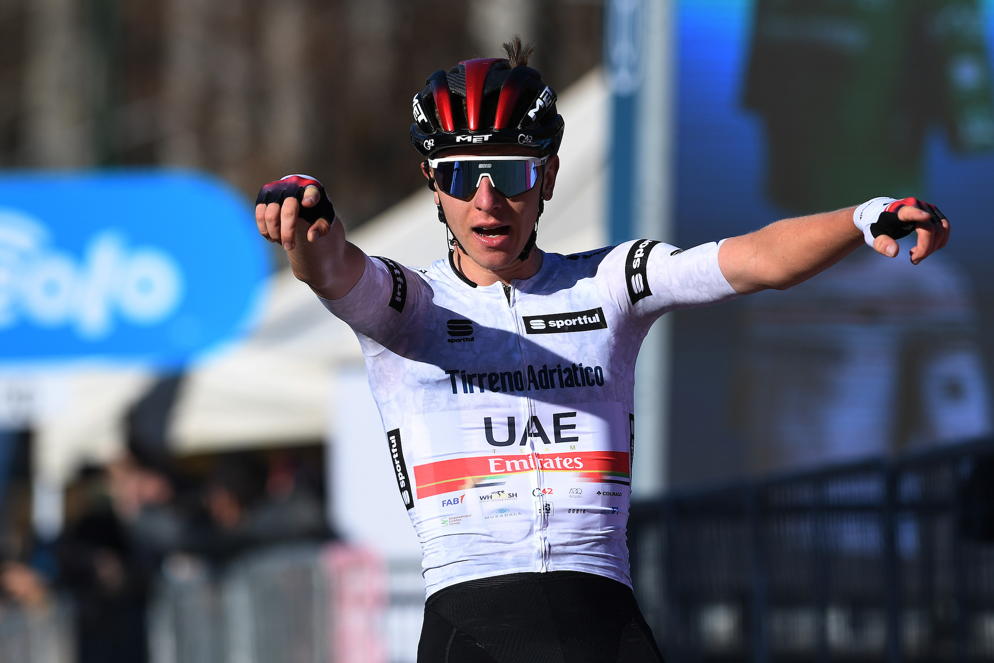 Tadej Pogačar tiene a bada Simon Yates per passare al comando della classifica generale alla Tirreno-Adriatico