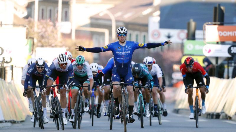 Sam Bennett overklast rivalen met een sterke sprint om de eerste etappe van Parijs-Nice te nemen