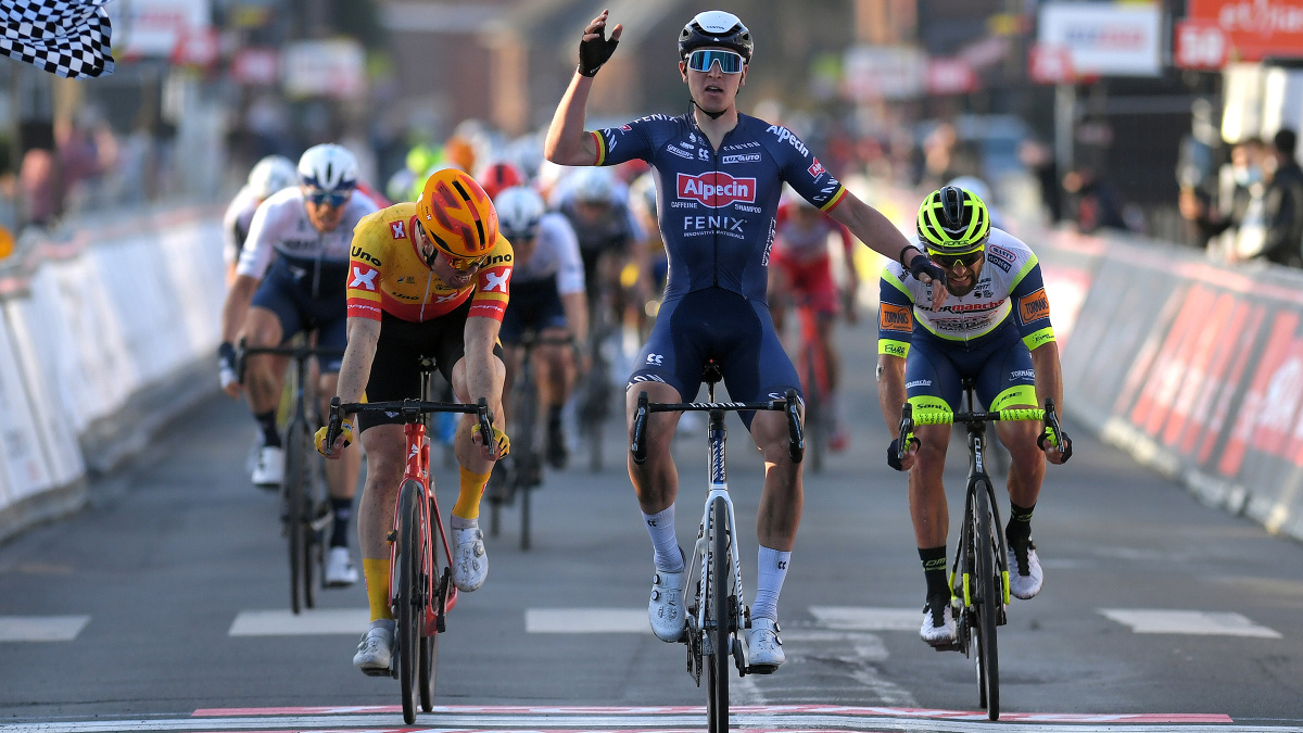 Tim Merlier takes the win from drawn-out bunch gallop – VeloNews.com