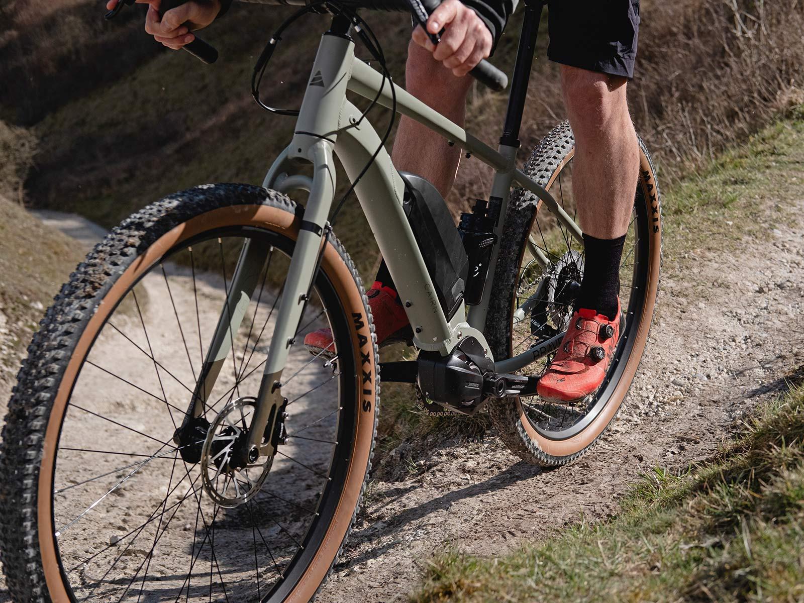 Le vélo électrique Cairn BRAVe ferme le gravier électrique à l'écart d'aventure eMTB