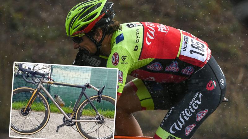Die Sattelstütze von Filippo Pozzato schnappt, nachdem ein Unfall mit dem LKW vermieden wurde