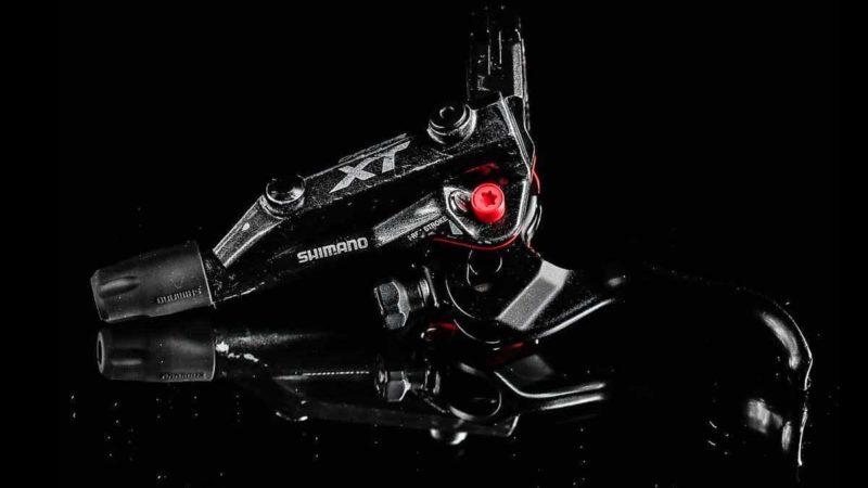 El sello rojo de la bota Red Panda Lobster refuerza los frenos Shimano MTB