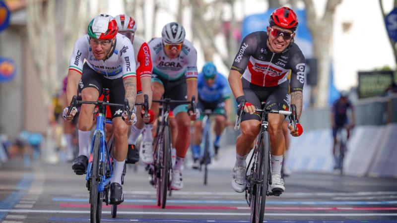 Caleb Ewan corre hacia la victoria en la etapa 5 del Giro de Italia