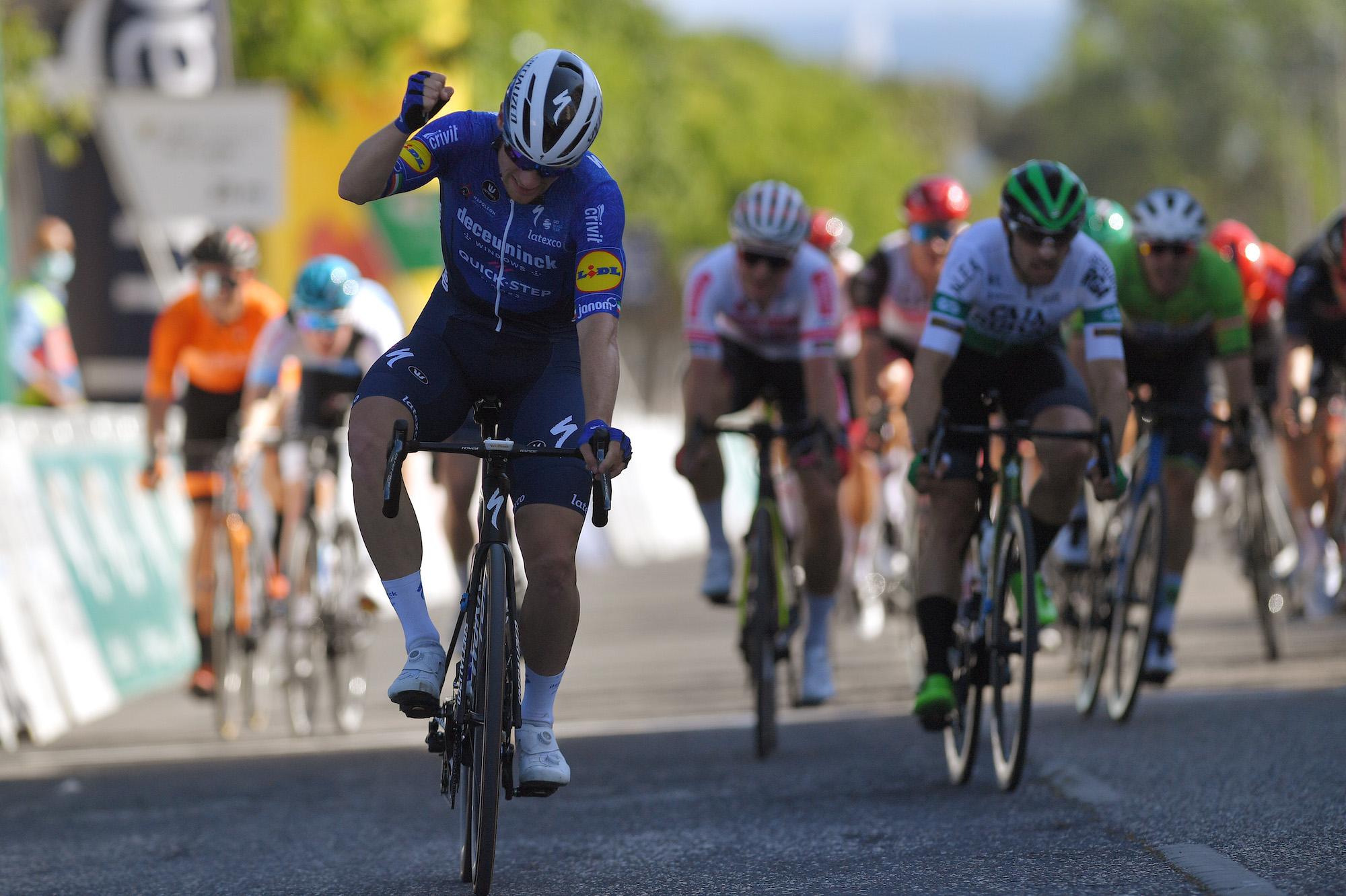 Sam Bennett sprint naar een overwinning in Volta ao Algarve 2021 na wederom een perfecte lead-out