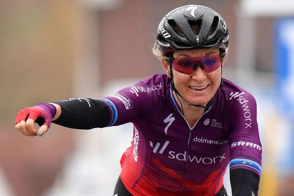 Amy Pieters solos al título de la carrera de ruta femenina holandesa