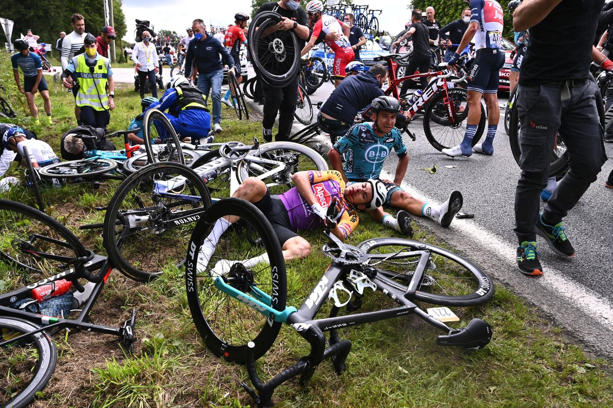 21 riders injured in Tour de France opening stage crashes