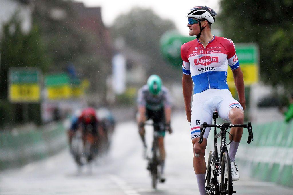 Mathieu van der Poel pakt gat op klim terug en pakt ritzege Tour de Suisse