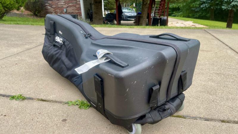 Anmeldelse: EVOCs Road Bike Bag Pro gør rejsen lettere – hvis du kan få den i din bil
