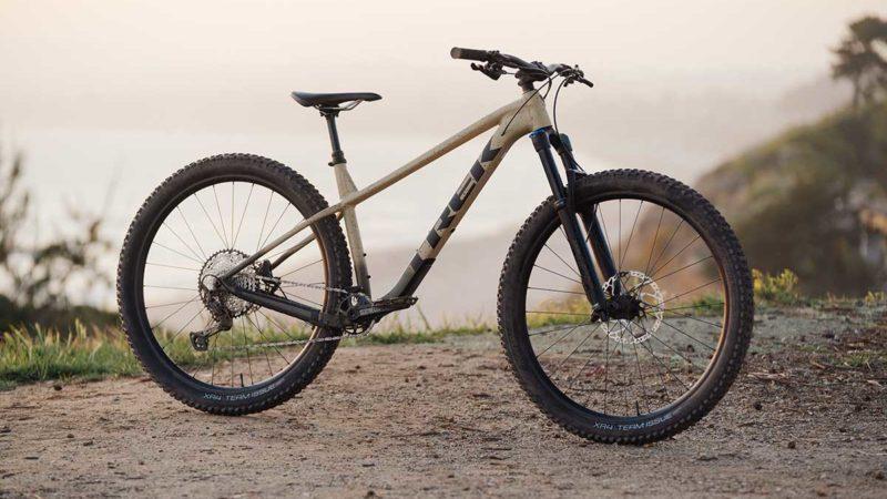 """La bicicleta rígida Trek Roscoe 2022 de 140 mm tiene ruedas de 29 """"y una geometría más larga, más baja y más holgada"""