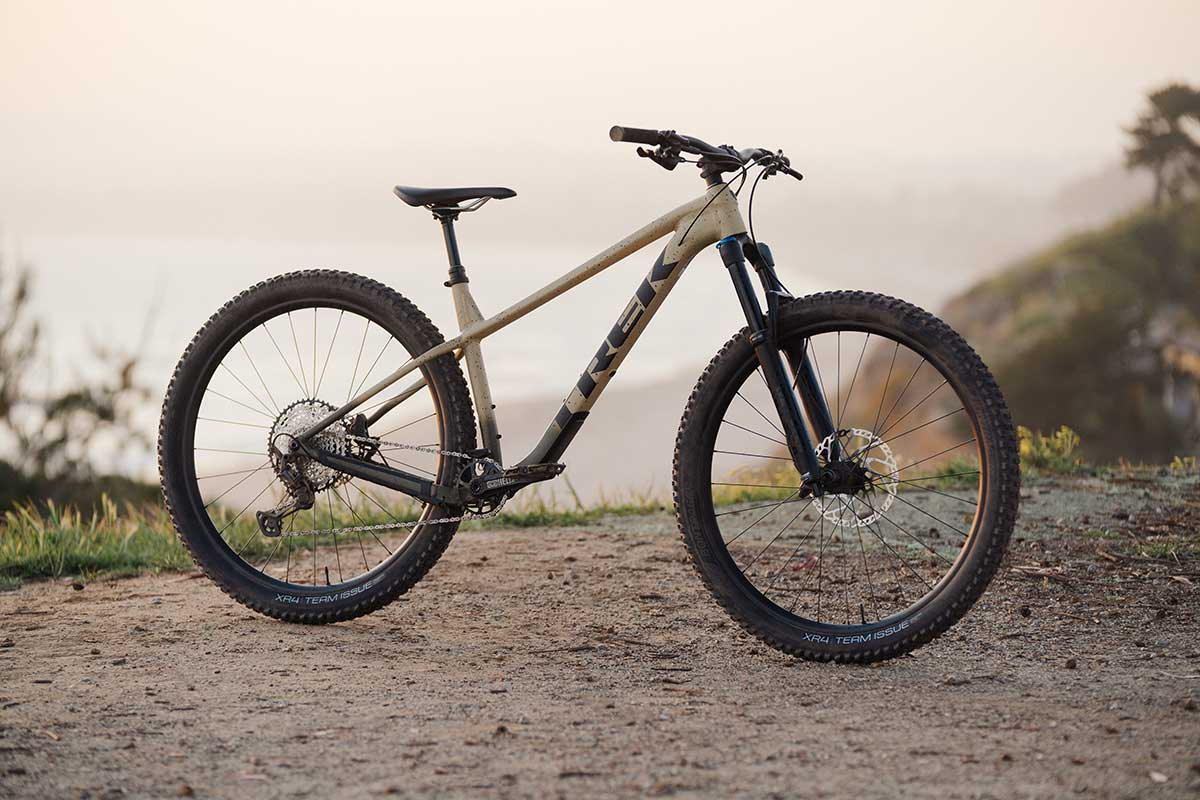 2022 Trek Roscoe hardtail da 140 mm con ruote da 29″ e geometria più lunga, più bassa e più aperta