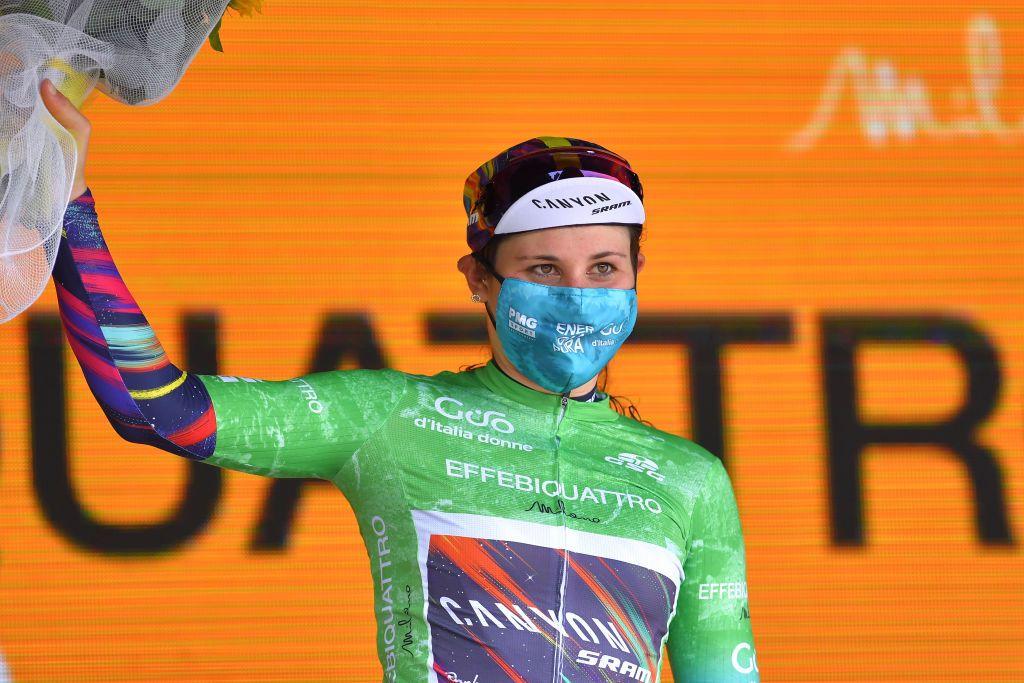 Elise Chabbey overvinder styrtet og fører Giro d'Italia Donne bjergtrøje