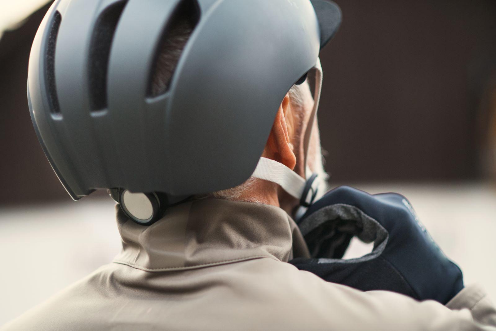 Wind-Blox-kypärän hihnan suojukset auttavat ratsastajia tuulettamaan hiljaisia ajoja