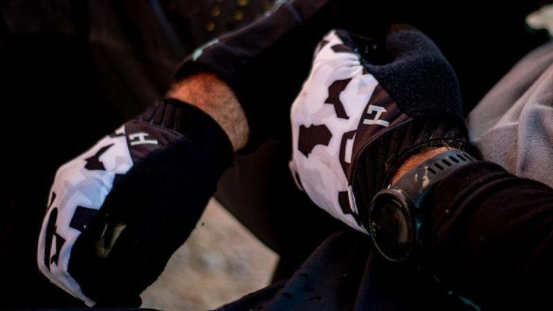 Das neue Modell HANDUP Gloves Pro hilft Neko Mulally den Griff zu bekommen