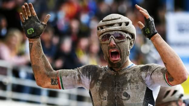 Parijs-Roubaix: Italiaan Sonny Colbrelli wint mannenrace na laat drama