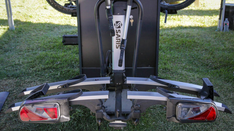 O suporte para bicicletas motorizado Saris Door County é mais fácil de carregar bicicletas pesadas, além do novo adaptador de eixo transversal 4 em 1